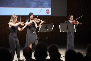 Sorgten zudem für einen festlichen Rahmen: ein Geigentrio der Young Classics.